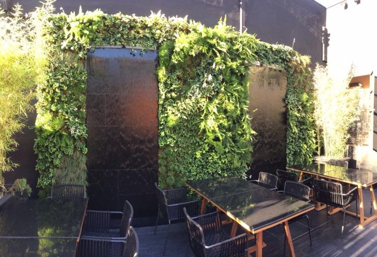 Jardín vertical restaurante Tahini